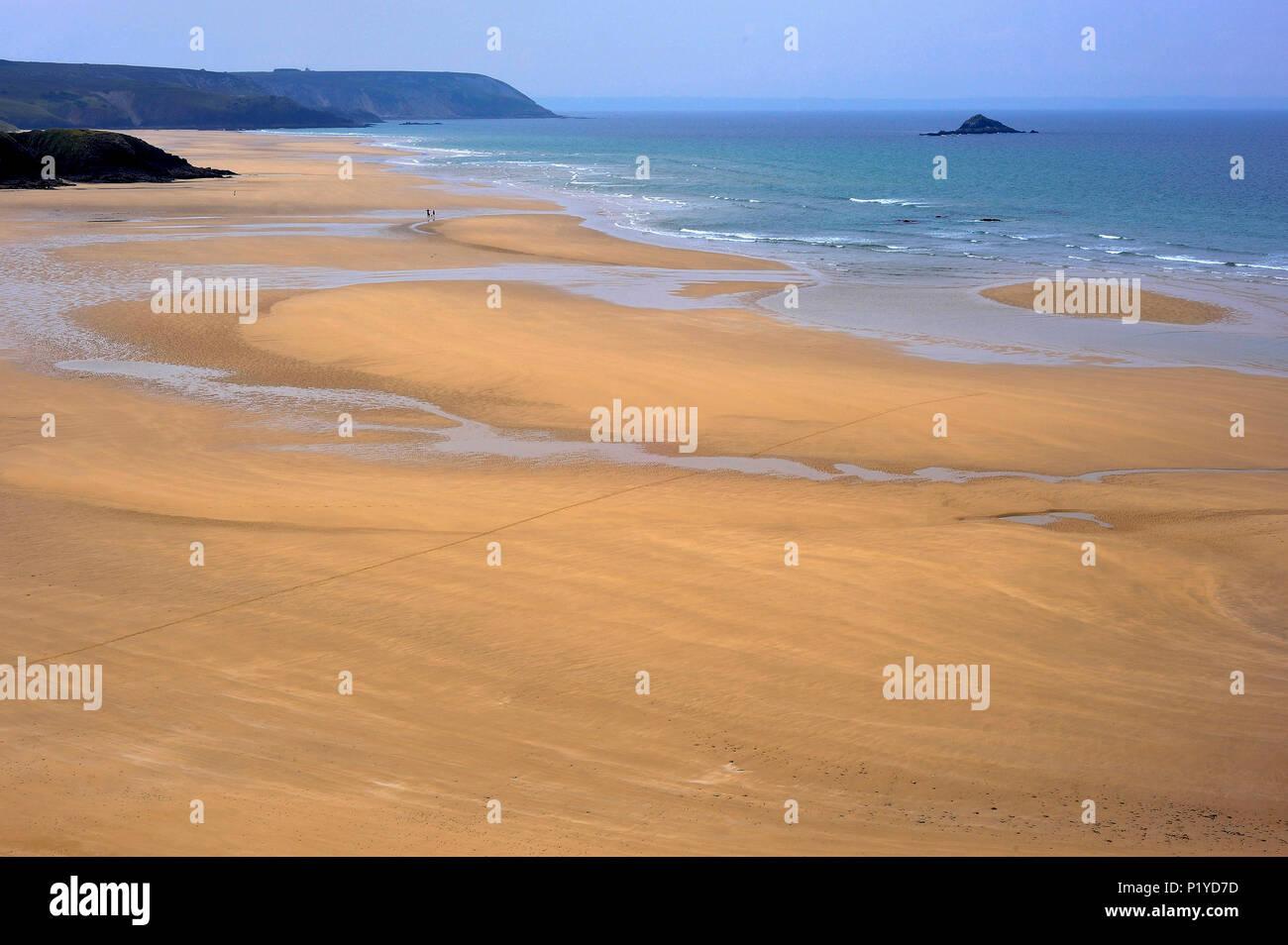 France, Brittany, Finistere, Beach between the Pointe de Dinan and the Cap de la Chevre, Crozon Peninsula - Stock Image