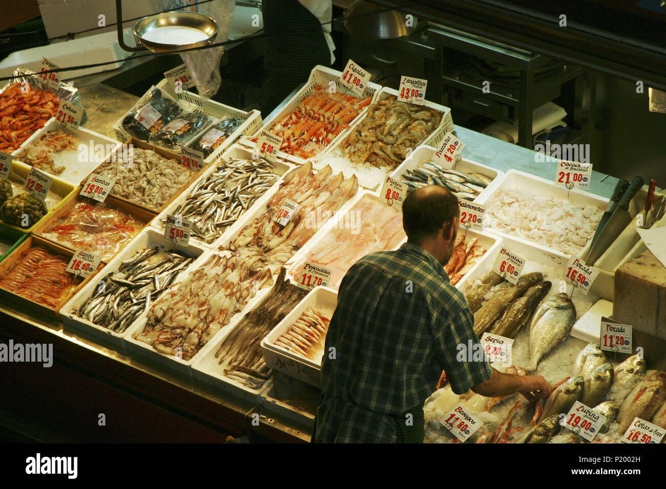 Madrid; mercado de La Cebada; (barrio de La Latina); puesto de pescados y mariscos. Stock Photo