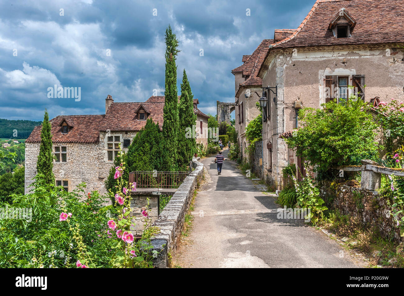 France, Lot, Causses du Quercy regional natural park, St Cirq-Lapopie, labelled 'Most Beautiful Village in France' - Stock Image