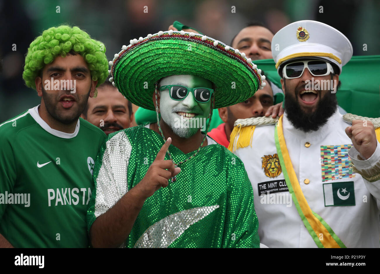 pakistan-cricket-fans-during-the-second-