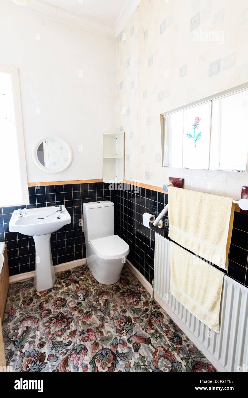 Mid century old fashioned bathroom in a terraced house - Stock Image