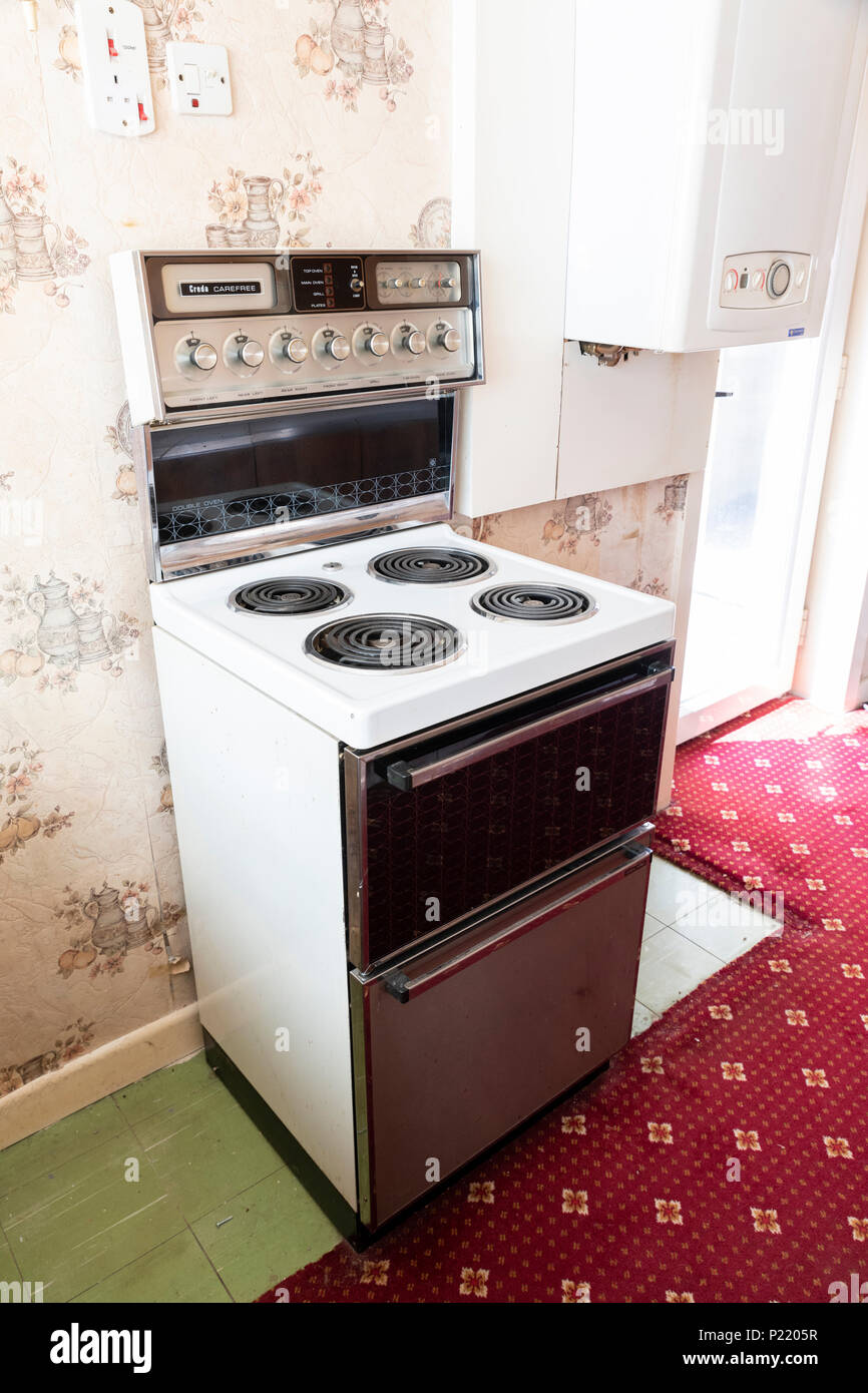 Mid century Creda Carefree freestanding electric cooker in an old fashioned kitchen - Stock Image