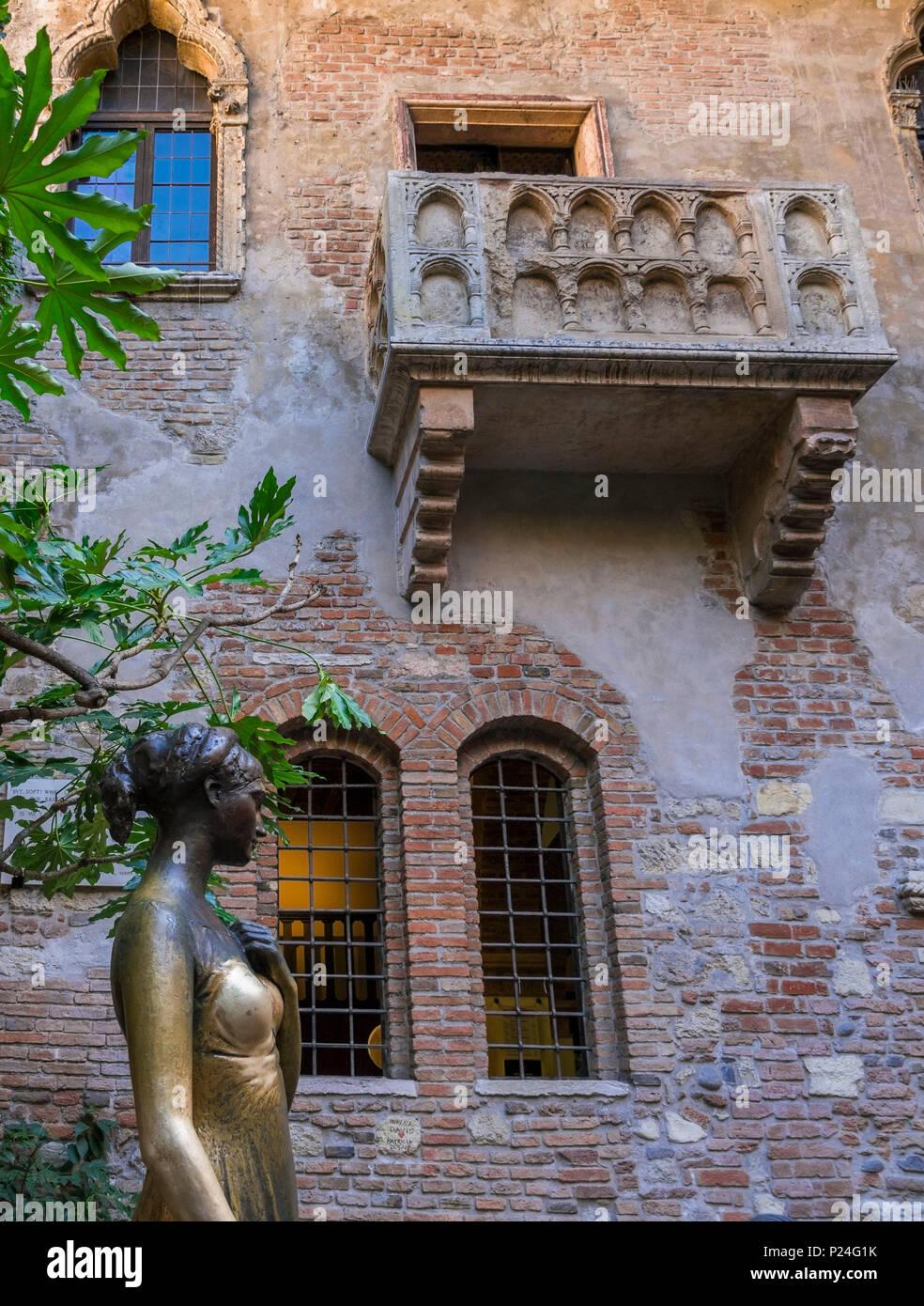 Statue of Julia, Casa di Giulietta or house of Julia, Verona, Veneto, Italy, Europe Stock Photo