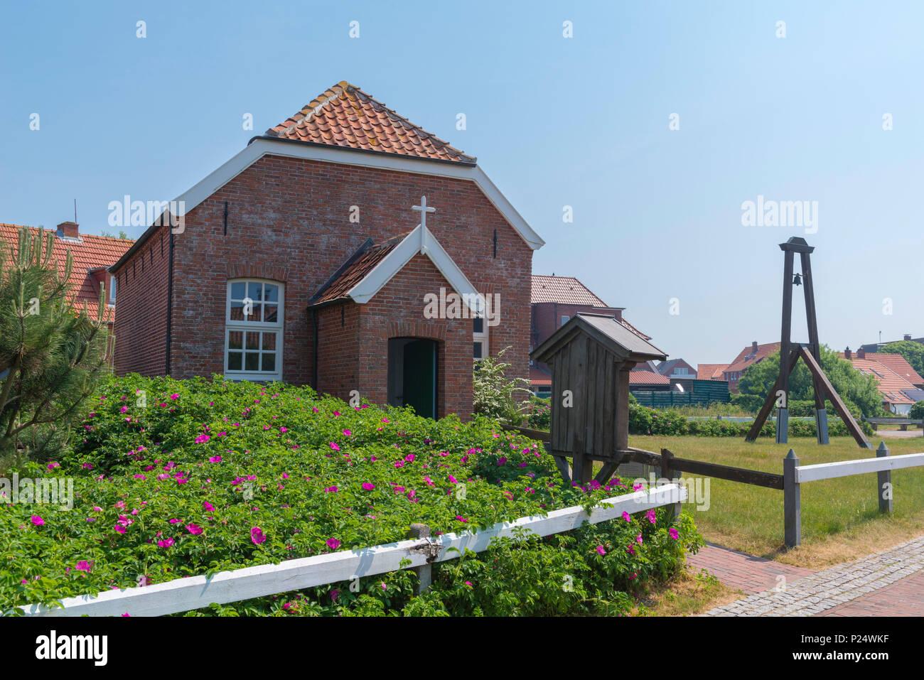 Die Kleine Inselkirche von 1826 steht unter Denkmalschutz, Baltrum, Ostriesland, Niedersachsen, Deutschland - Stock Image