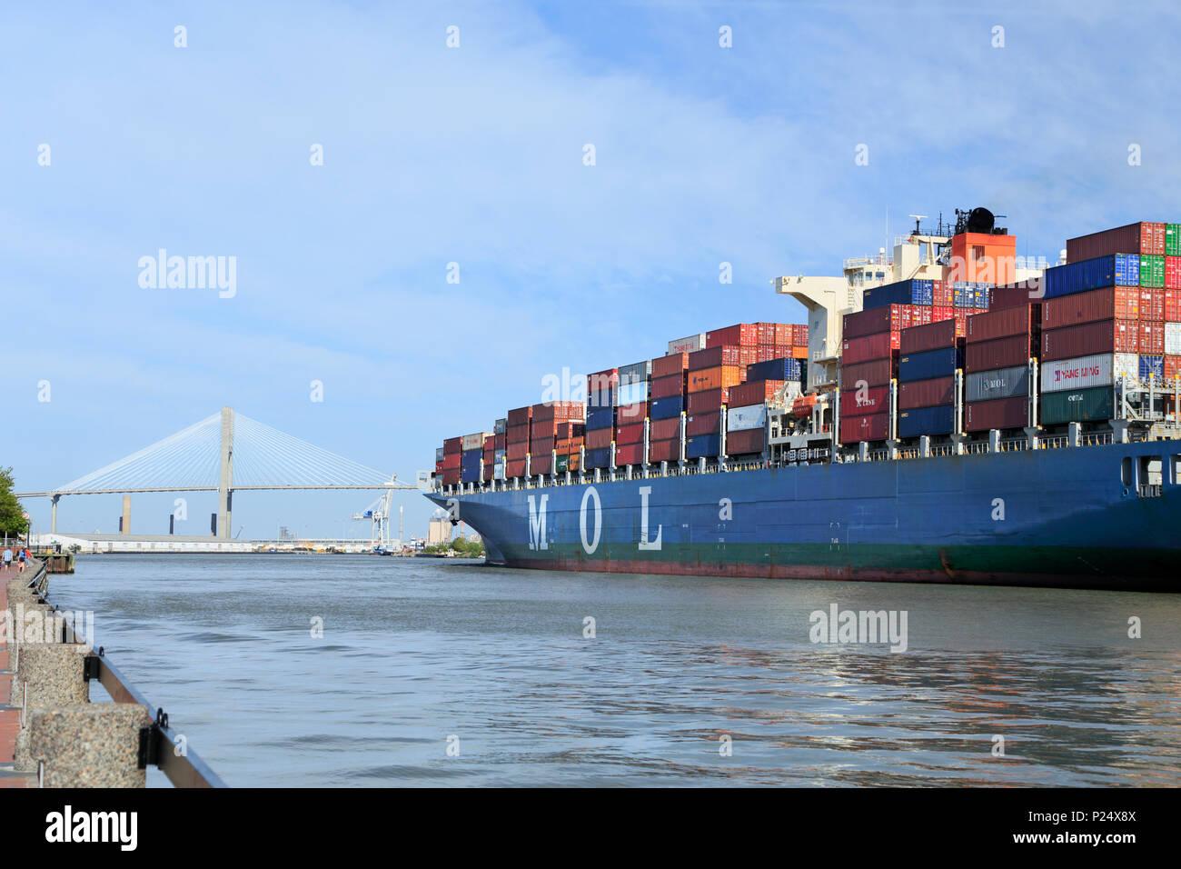 Savannah, Georgia. The MOL Benefactor ship leaving the Port of Savannah under the Talmadge Memorial bridge. - Stock Image
