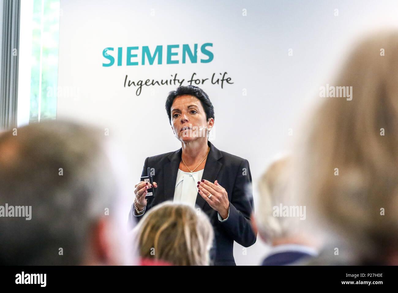Siemens praesentiert auf der Innotrans 2018 ein neues Fahrzeugkonzept fuer Hochgeschwindigkeitszuege. Der Velaro Novo setzt neue Massstaebe in puncto Witschaftlichkeit und Nachhaltigkeit. Siemens hat die Plattform fuer einen weltweiten Einsatz entwickelt. Anlaesslich einer Presse-Vorbesprechung zur Innotrans stellte Sabrina Soussan, CEO der Division Mobility von Siemens das neue Konzept der Velaro Plattform vor. - Stock Image