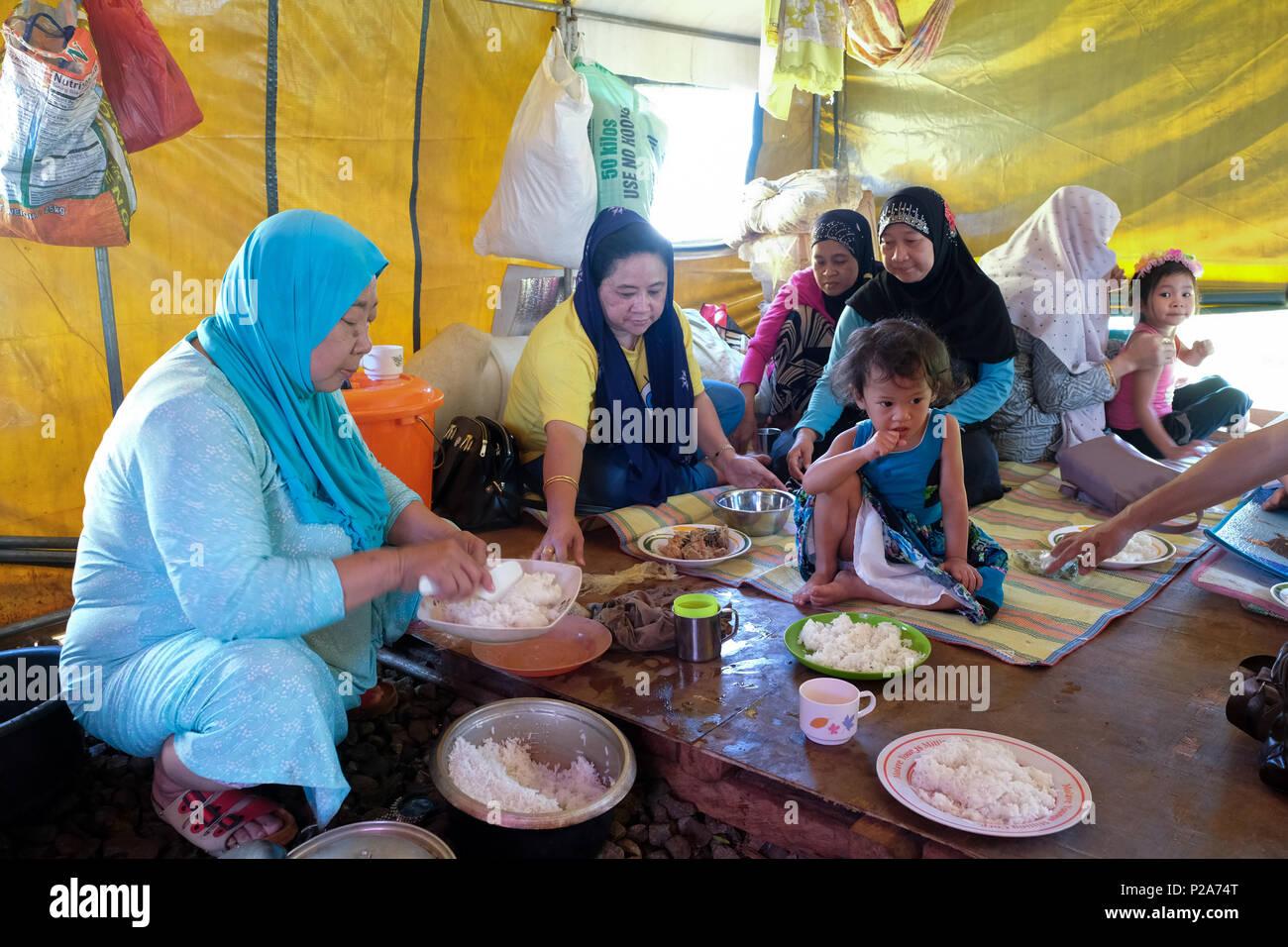 Philippine IDP refugees from Marawi in a tent city supported by DUYONG-Marawi near Baloi, Mindanao Island, Philippines - Philippinische Binnenflüchtlinge (IDP) aus Marawi in einer von DUYONG-Marawi unterstützten Zeltstadt bei Baloi, Insel Mindanao, Philippinen - Stock Image