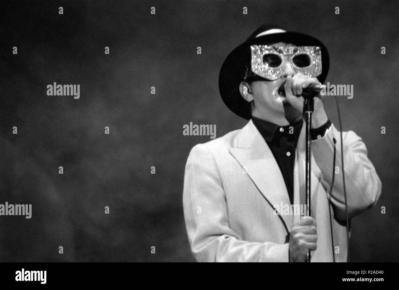 Javier Gurruchaga, cantante, actor y showman español, en una actuación de su Orquesta Mondragon. (Orquestamondragon1©DJC). Stock Photo