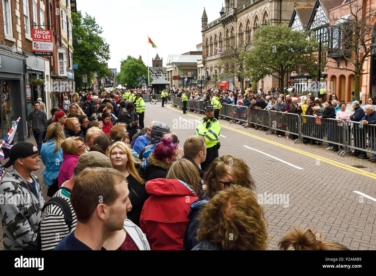 Chester, UK. 14th June 2018. Crowds waiting for the arrival of the Queen and Duchess of Sussex on a visit to open the Storyhouse theatre, library and arts venue before having lunch in the Town Hall. Credit: Andrew Paterson/Alamy Live News - Stock Image