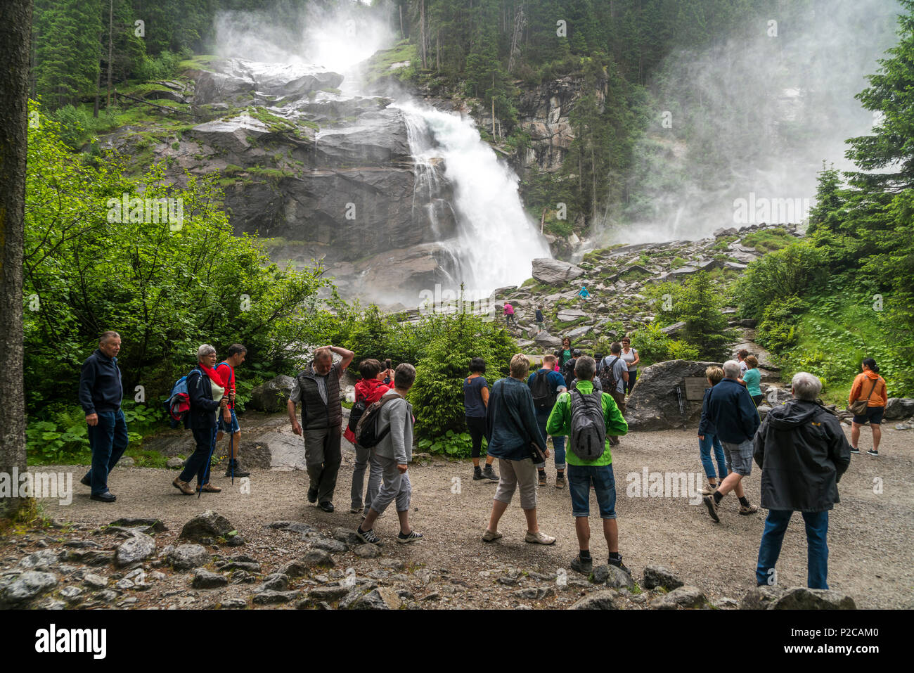 Touristen an den Krimmler Wasserfällen im Nationalpark Hohe Tauern, Krimml, Salzburg, Österreich  tourists watching the Krimml Waterfalls in the High  - Stock Image