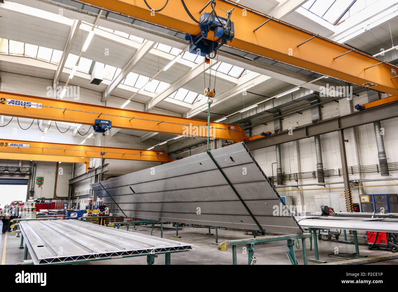Derzeit entsteht im Siemens Werk Krefeld-Uerdingen die neue Generation von Fahrzeugen fuer den Nahverkehr in der Rhein-Ruhr-Region. Der Siemens Desiro HC ist eine Kombination aus Elektro-Triebzug und Doppelstockwagen. - Stock Image