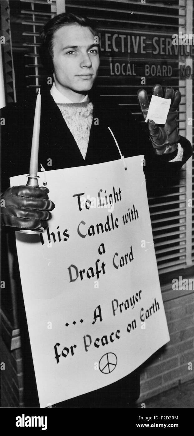 . English: Gene Keyes ready to burn his draft card on December 24, 1963. 24 December 1963. Dennis Trumble 2 63-12-Gene-draft-card-01 - Stock Image