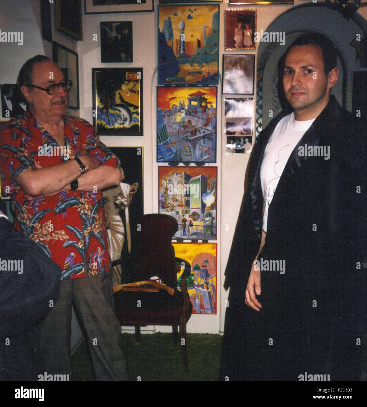 . English: Forrest J. Ackerman letting a fan try on cape worn by Bela Lugosi in film Plan 9 from Outer Space (1959), directed by Ed Wood. 1994. Michael Wilk 20 Forrest J. Ackerman, collector of movie memorabilia, with fan. - Stock Image