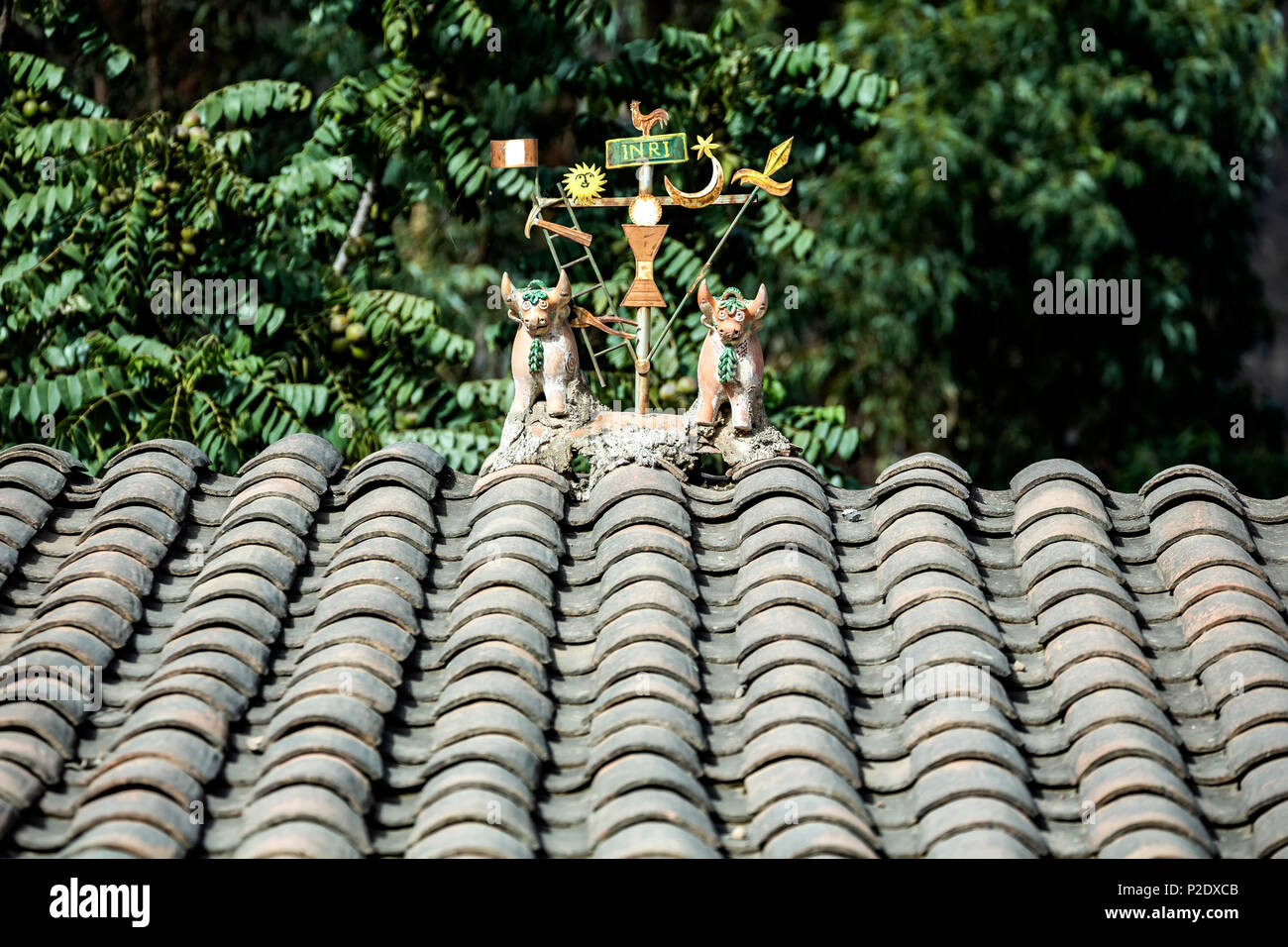 Religious and fertility symbols (bulls) on top of house, Ollantaytambo, Cusco, Peru - Stock Image