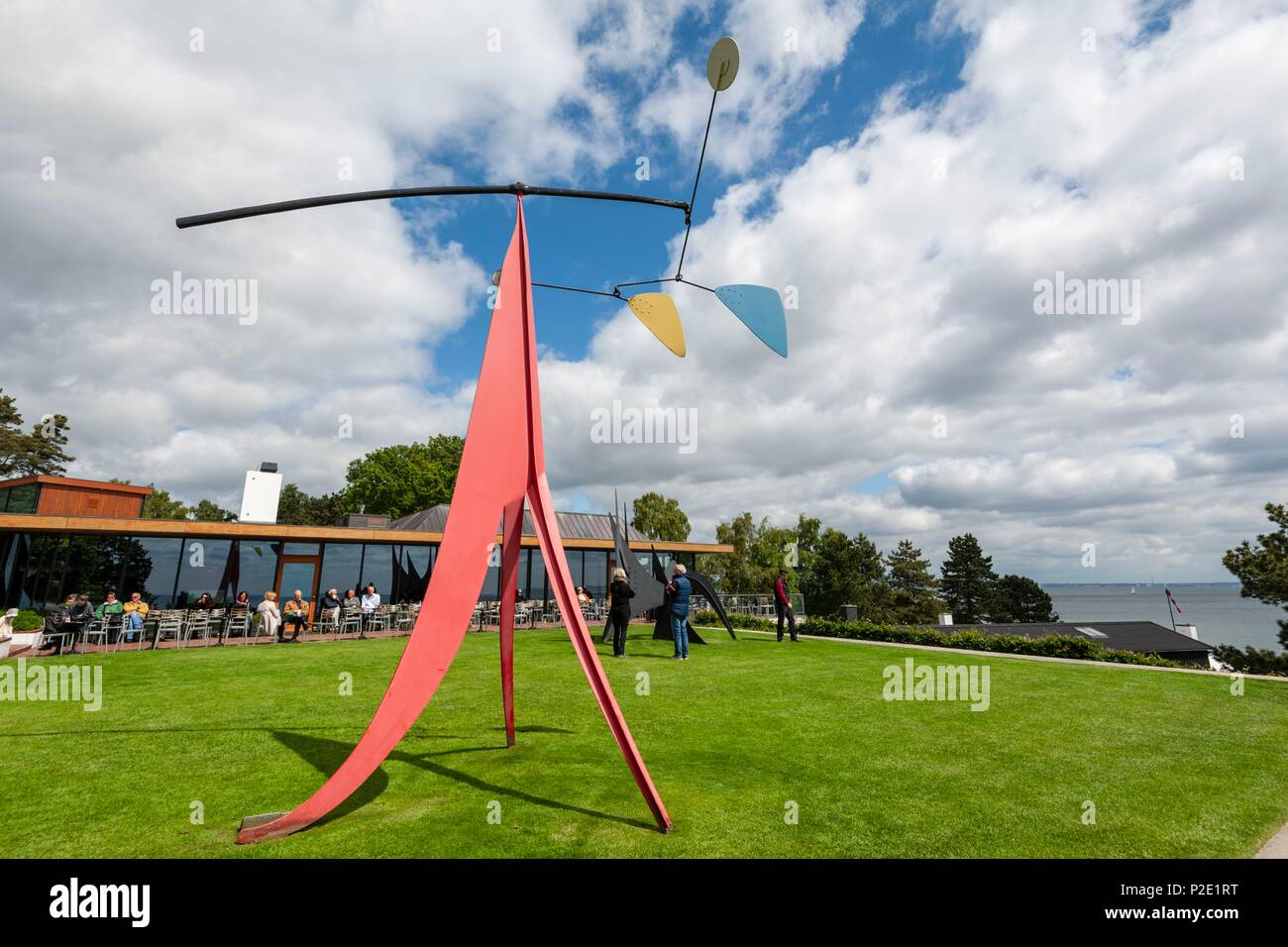 Denmark, Seeland, Humlebaek, Louisiana Museum of Modern Art designed by architects Jørgen Bo and Wilhlem Wohlert and inaugurated in 1959, sculpture of Alexander Calder with the restaurant behind - Stock Image