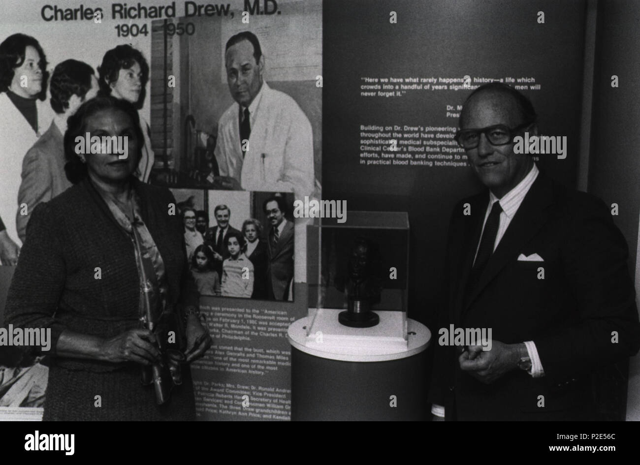 English: Minnie Lenore Robbins with NIH Director, Donald