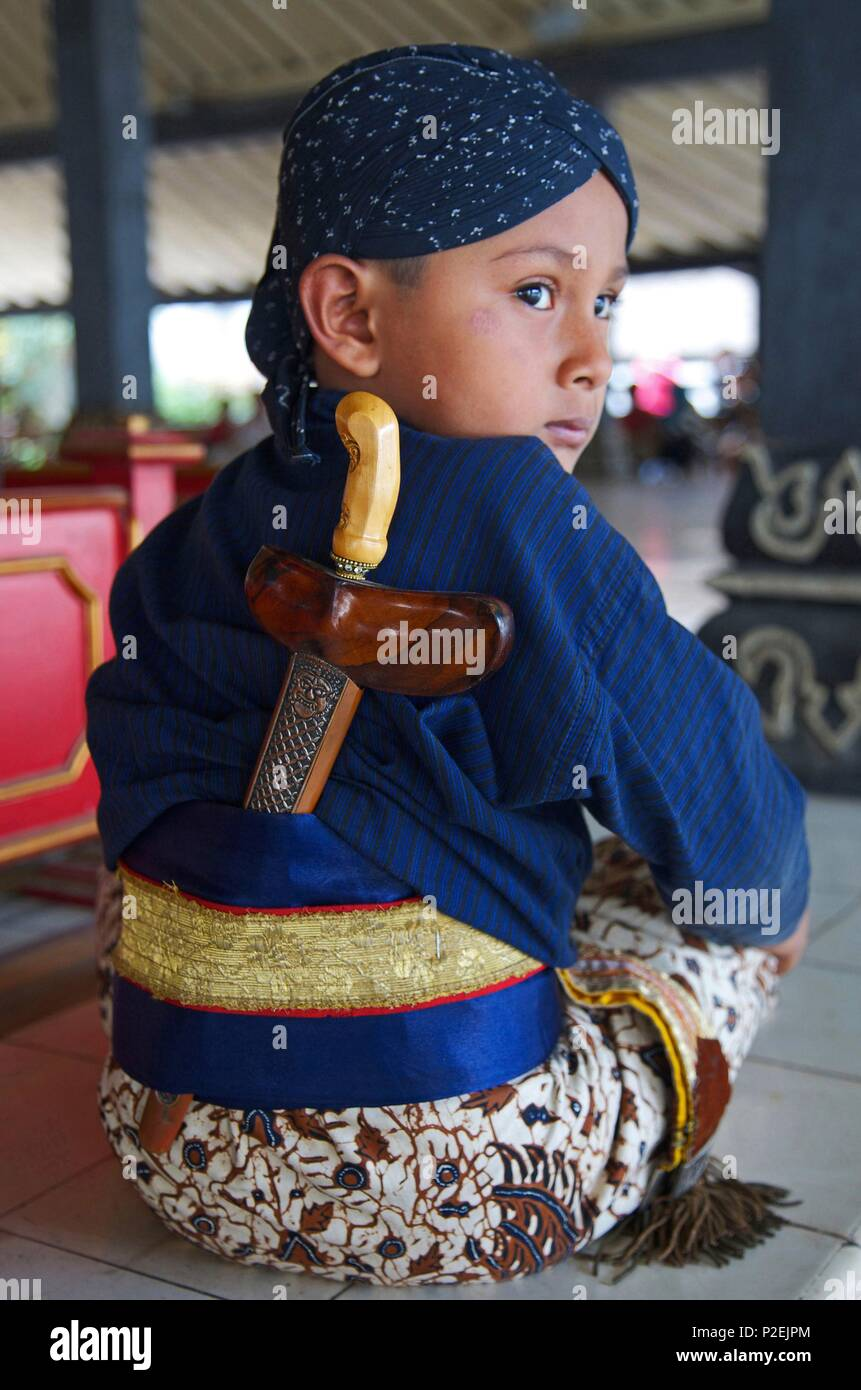 Indonesia, Java, Ijen, Young son of a guard of the kraton, the royal palace of the ancient Sultanante of Yogyakarta, in traditional dress and wearing a kriss the dagger of ceremony - Stock Image