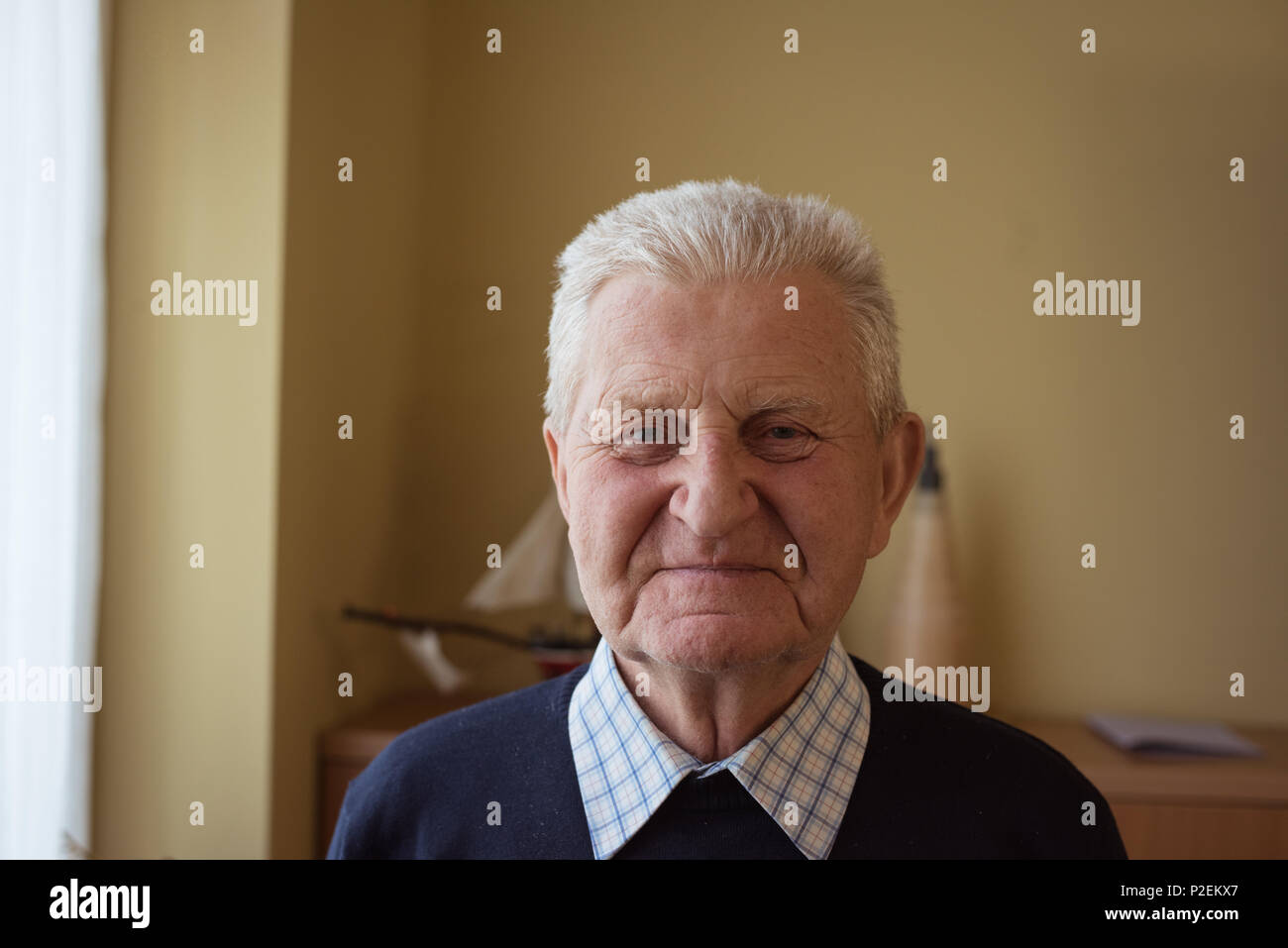 Senior man looking at camera - Stock Image