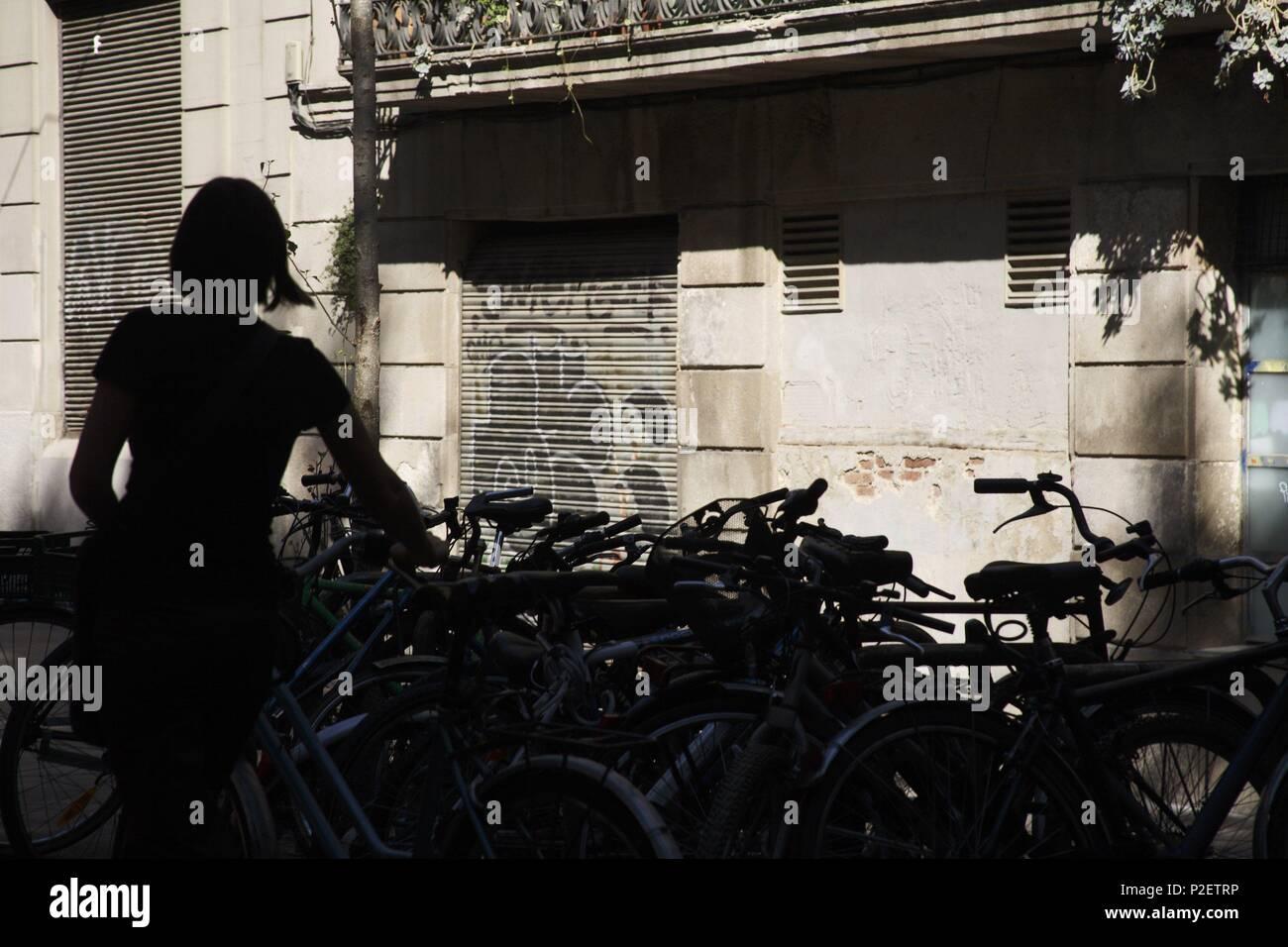 SPAIN - Catalonia - Barcelonés (district) - Barcelona. Barcelona; Plaza Pons i Clerc / Carrer Comerc; ciclista / aparcament bicis (El Born / La Ribera). - Stock Image