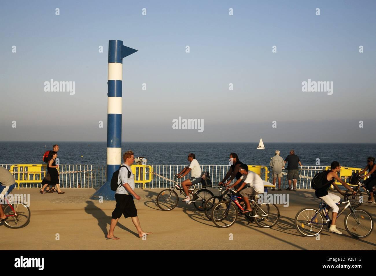 SPAIN - Catalonia - Barcelonés (district) - Barcelona. Barcelona; Playa / Platja de la Mar Bella (El Poblenou); ciclistas / bicis (53). - Stock Image