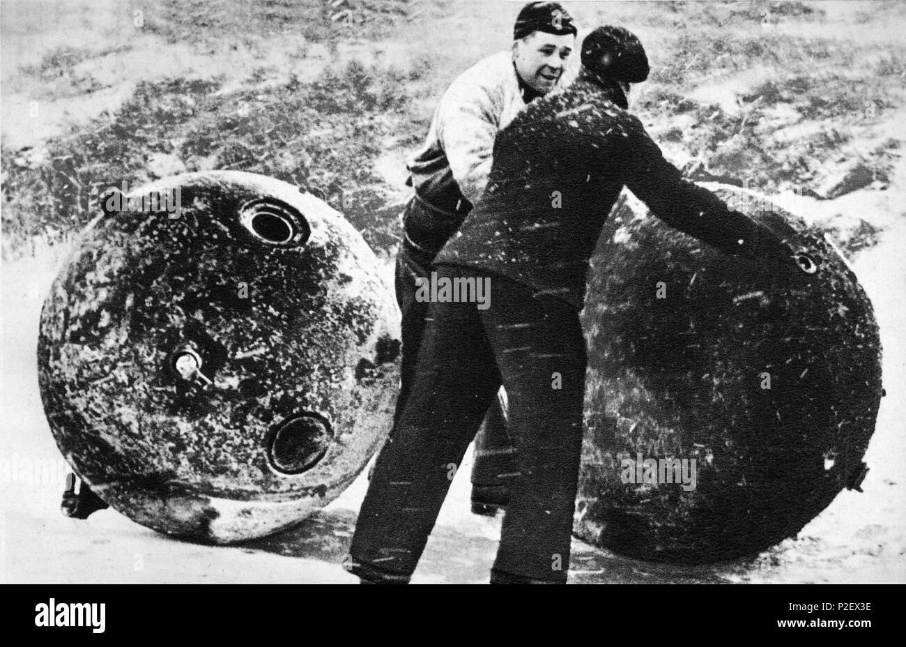 Dos hombres de la Marina de Guerra Alemana desactivando minas enemigas. - Stock Image