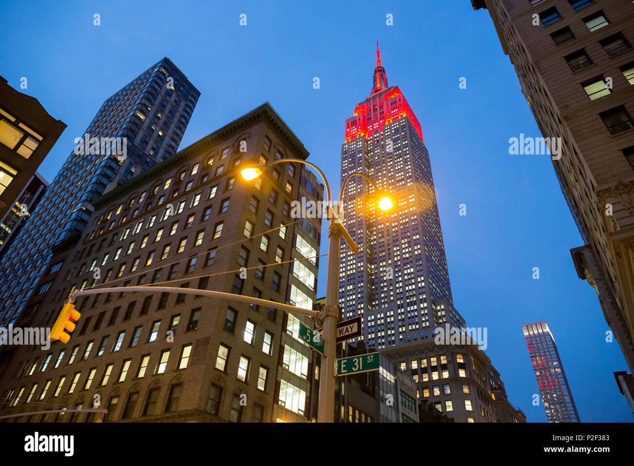 5th Avenue, 5, E 31 Street, corner, Empire State Building, twilight, traffic light, midtown, Manhattan, New York City, USA, Amer - Stock Image