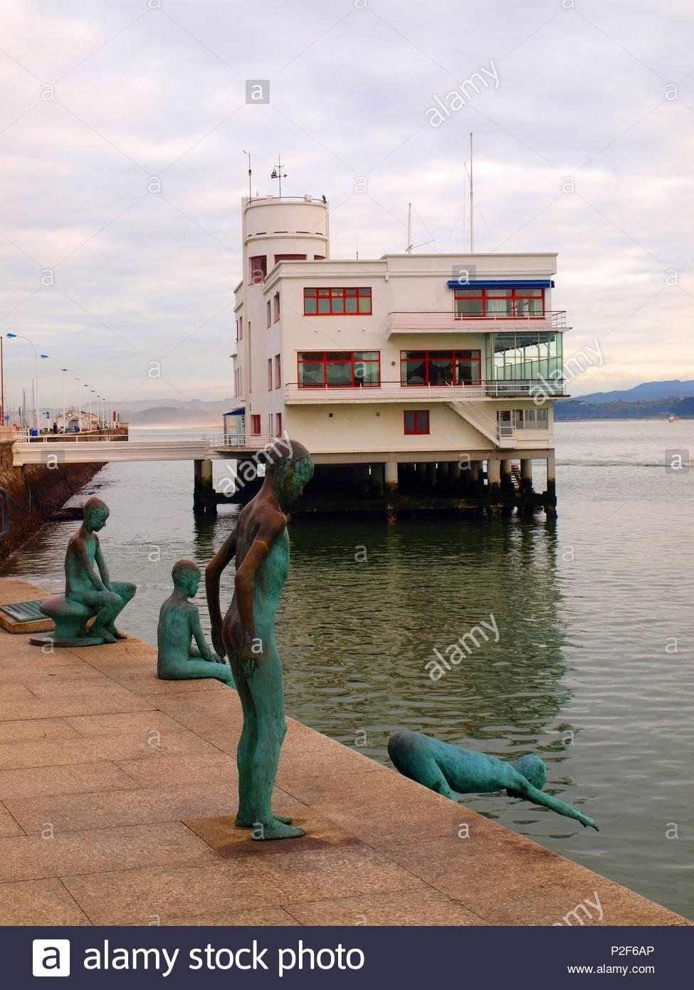Escultura los Raqueros del escultor Jose Cobo Calderon, muelle Calderon, Santander. - Stock Image