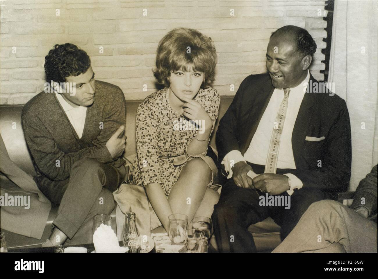La actriz italiana Claudia Mori junto al escritor español Juan Marsé en Torremolinos el año 1964. - Stock Image