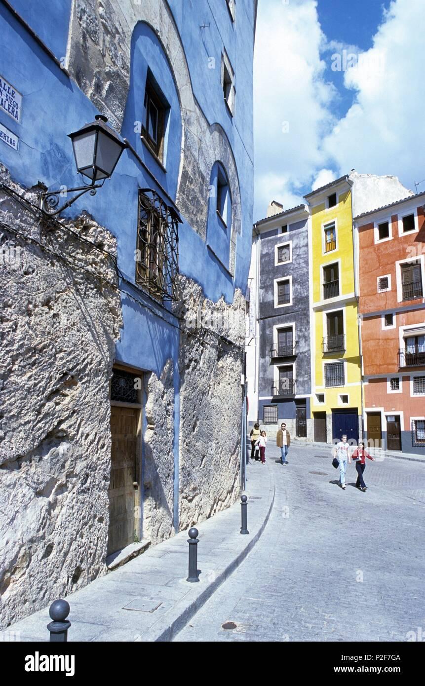 ca17e8c2b25 Serranía de Cuenca (district). Casco antiguo, fachadas coloristas, calle ex- Zapaterías.