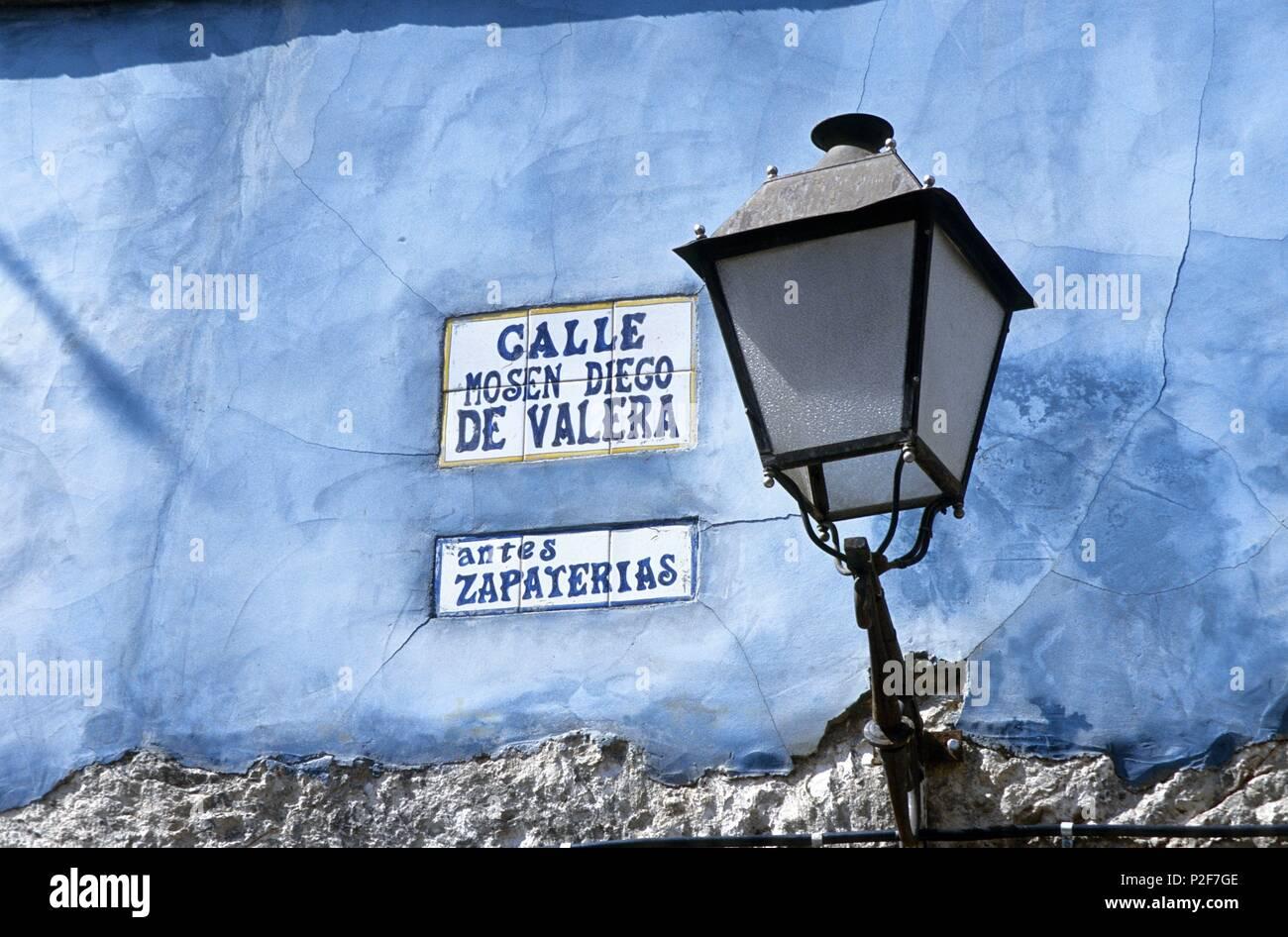 865b0532da1 Serranía de Cuenca (district). Casco antiguo, farola, calle ex-Zapaterías.