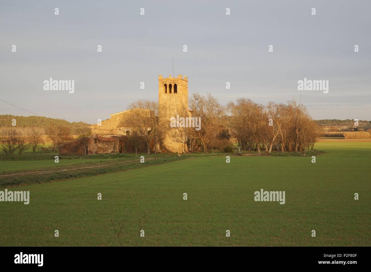 SPAIN - Catalonia - Baix Empordá (district) - GERONA. La Bisbal d'Empordà; camps de cereals i masia fortificada a prop del poble. - Stock Image