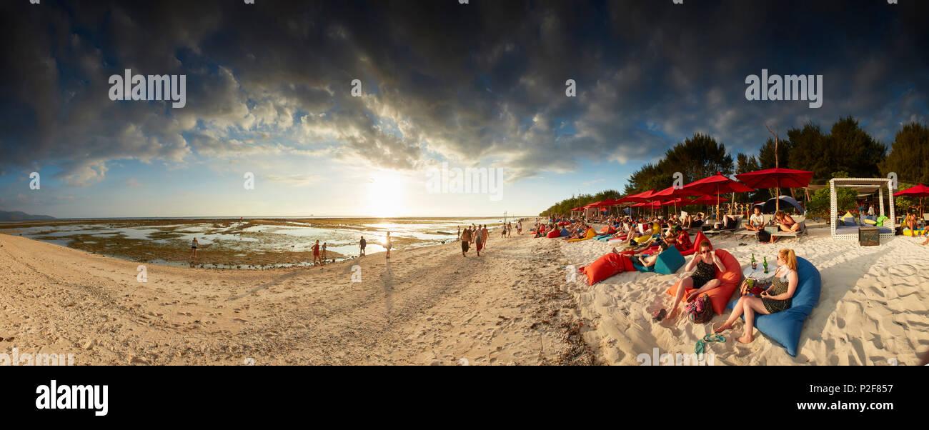 Visitors at a beach bar, Gili Trawangan, Lombok, Indonesia - Stock Image