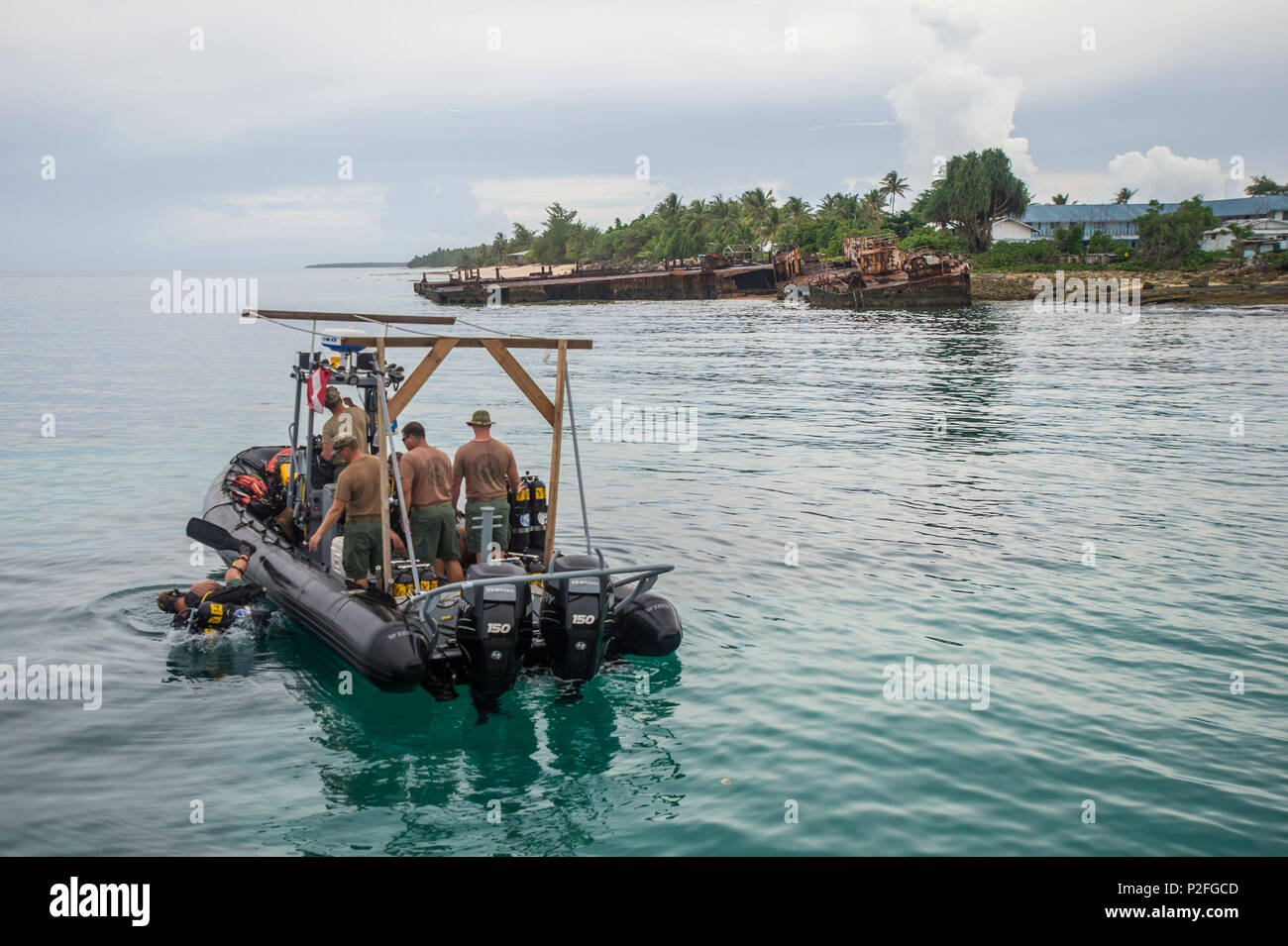 Members of Underwater Construction Team (UCT) 2 begin diving operations in Kwajalein, Marshal Islands, while participating in Valiant Shield (VS) Sep. 16, 2016.  VS is a biennial, U.S. Air Force, Navy and Marine Corps exercise held in and around Guam, focusing on real-world proficiency in sustaining joint forces at sea, in the air, on land and in cyberspace. (U.S. Navy Combat Camera Photo by Mass Communication Specialist 2nd Class Daniel Rolston/Released) Stock Photo
