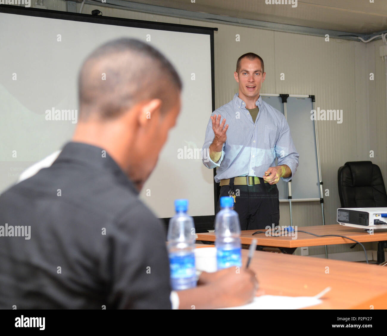 U.S. Army Maj. Andrew Mosier, 403rd Civil Affairs Battalion physician, instructs nearly 20 Somali doctors during the Continuing Medical Education Conference in Mogadishu, Somalia, Sept. 14, 2016. The conference covered topics concerning treatment for different types of broken bones, swollen lymph nodes, and arthritis, and they also practiced reading radiographs. (U.S. Air Force photo by Staff Sgt. Benjamin Raughton) - Stock Image