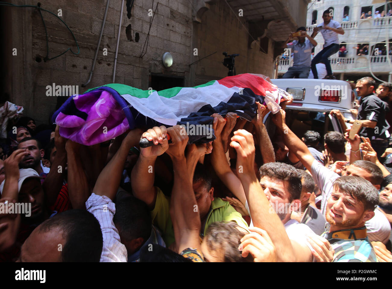 (180602) -- GAZA, June 2, 2018 (Xinhua) -- Mourners carry the body of Razan al-Najjar during her funeral in the southern Gaza Strip City of Khan Yunis, on June 2, 2018. Thousands of outraged Palestinian mourners buried on Saturday the female paramedic who was shot dead by Israeli gunfire close to Gaza's border with Israel.   (Xinhua/Khaled Omar)(rh) - Stock Image