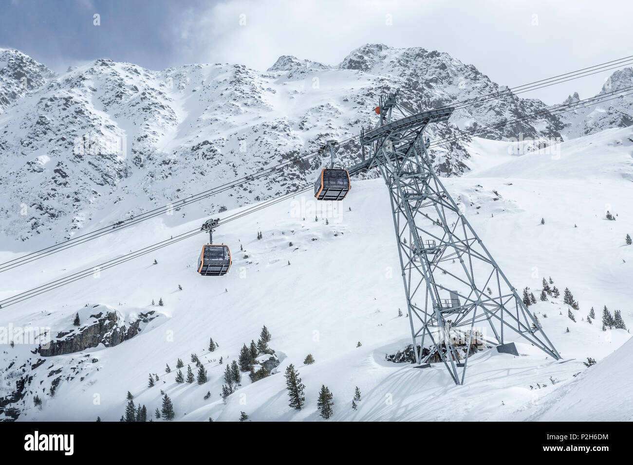 Gondolas of cableway at Stubai Glacier ski resort with snowy mountains as background, Neustift im Stubaital, Austrian Alps, Tyrol, Austria - Stock Image