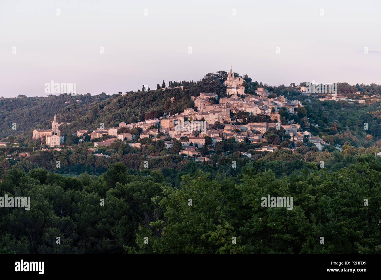 Picturesque scenic of hillside community in Provence (possibly Luberon) - Stock Image