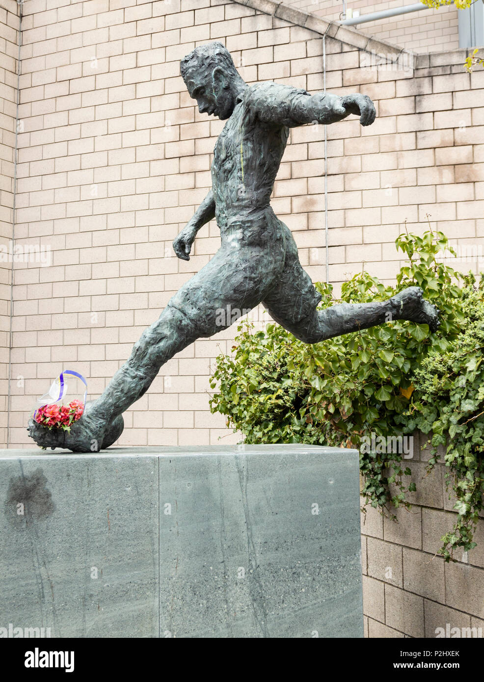 Statue of former Newcastle United player, Jackie Milburn ( 'Wor Jackie'), outside Newcastle`s ground, St James` Park. Newcastle upon Tyne. UK - Stock Image