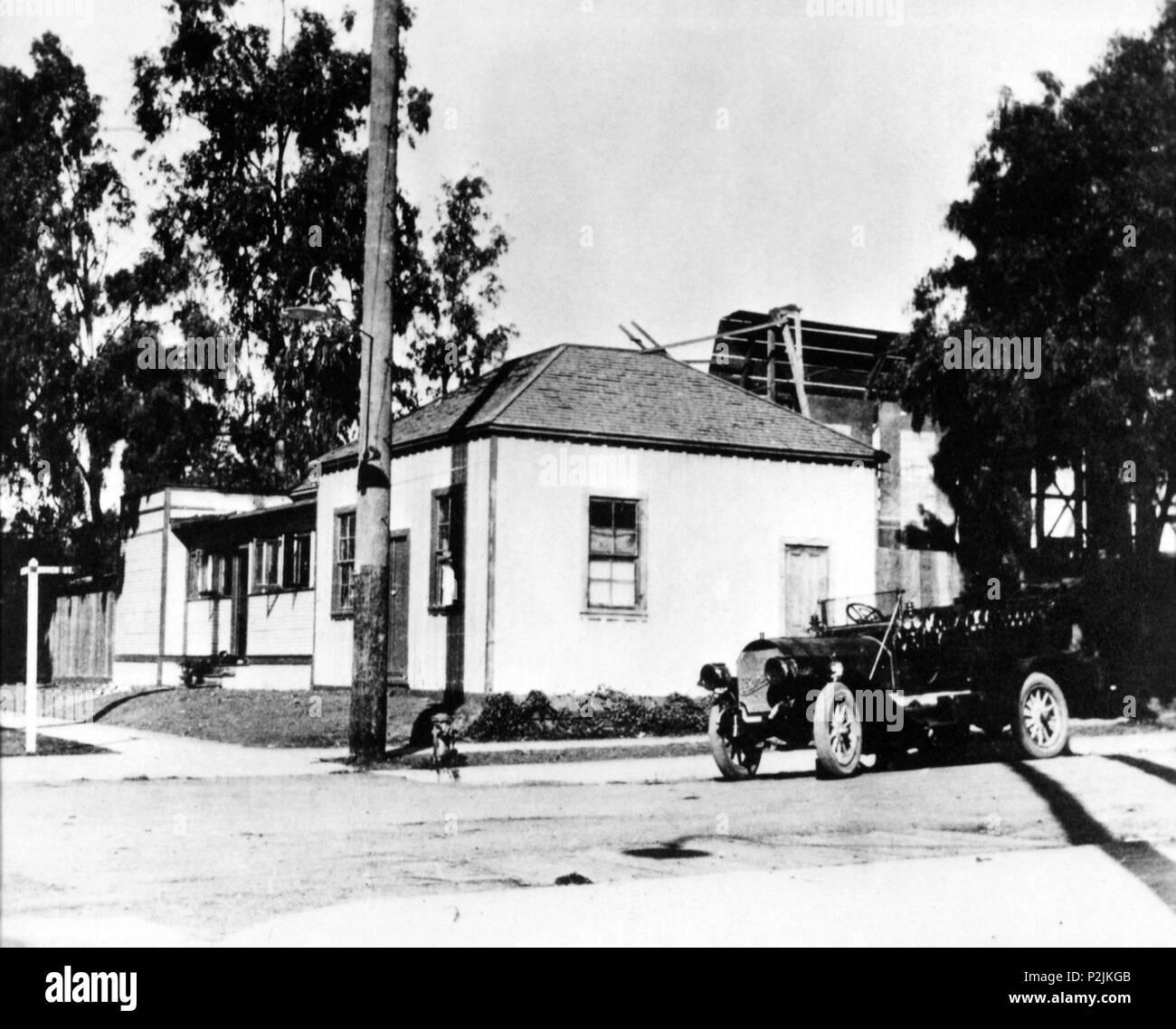 Description: HISTORIA DEL CINE. PRIMEROS ESTUDIOS. La original Blondeau Road House, entre las calles Sunset y Gower, se convirtió en el primer estudio cinematográfico de Hollywood, al pasar a manos de los estudios Universal. 27 de octubre de 1911.  Original Film Title: FILM HISTORY: EARLY STUDIOS.  English Title: FILM HISTORY: EARLY STUDIOS. - Stock Image
