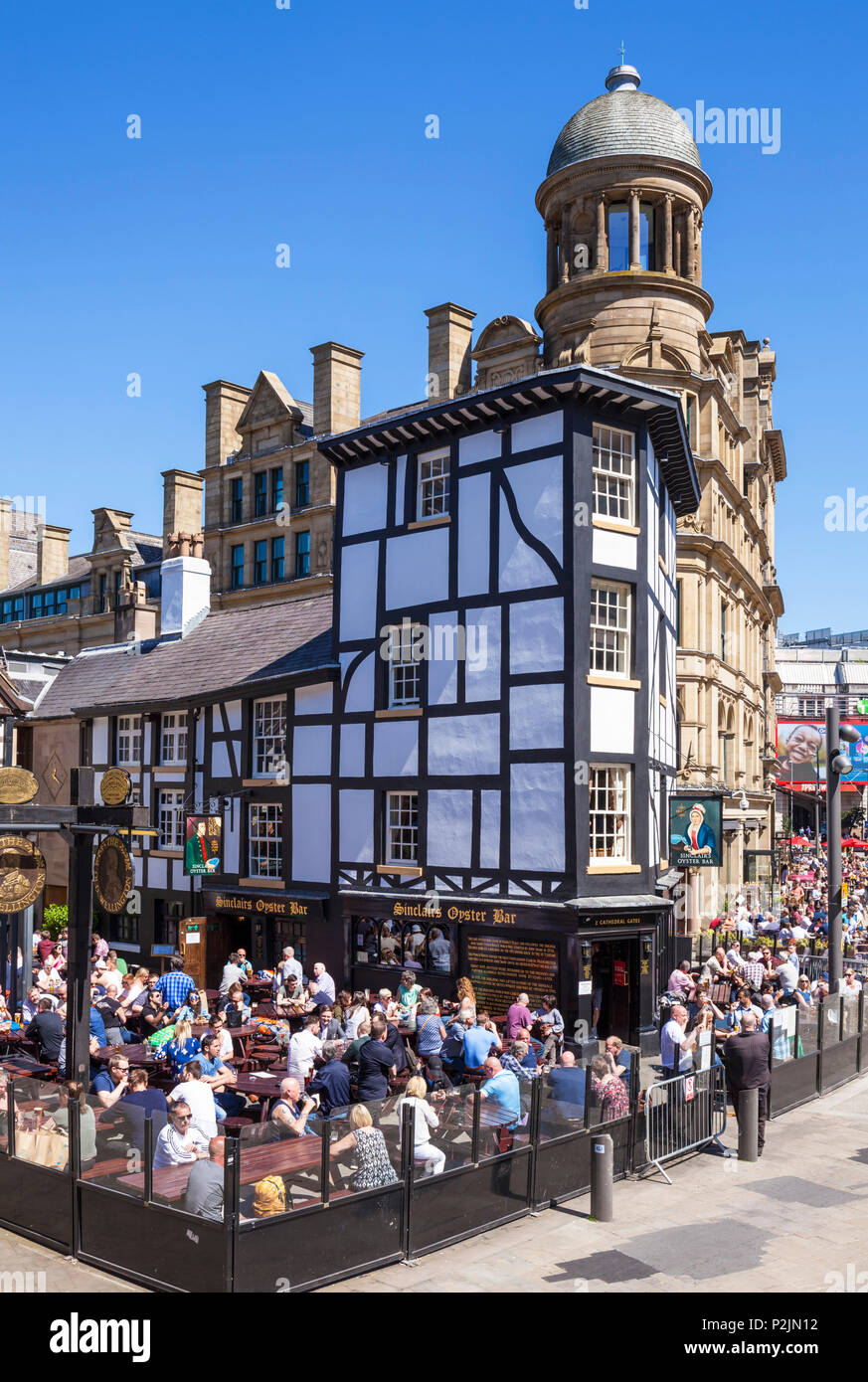 Crowded Sinclair's Oyster Bar and The Old Wellington public house Cathedral Gates Manchester City Centre England UK GB EU Europe - Stock Image