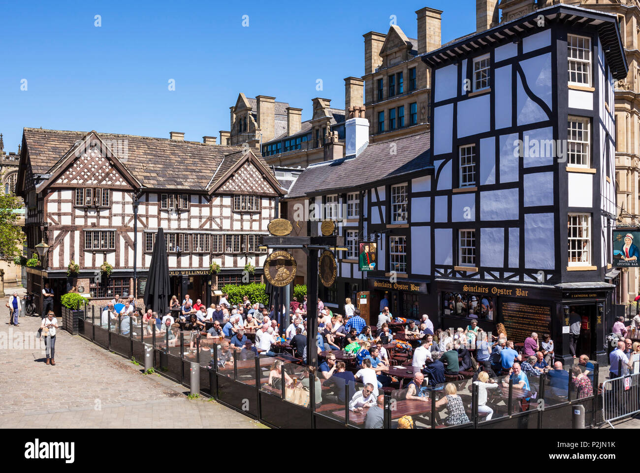 Crowded Sinclair's Oyster Bar and The Old Wellington public house Cathedral Gates Manchester City Centre England UK GB  Europe Stock Photo