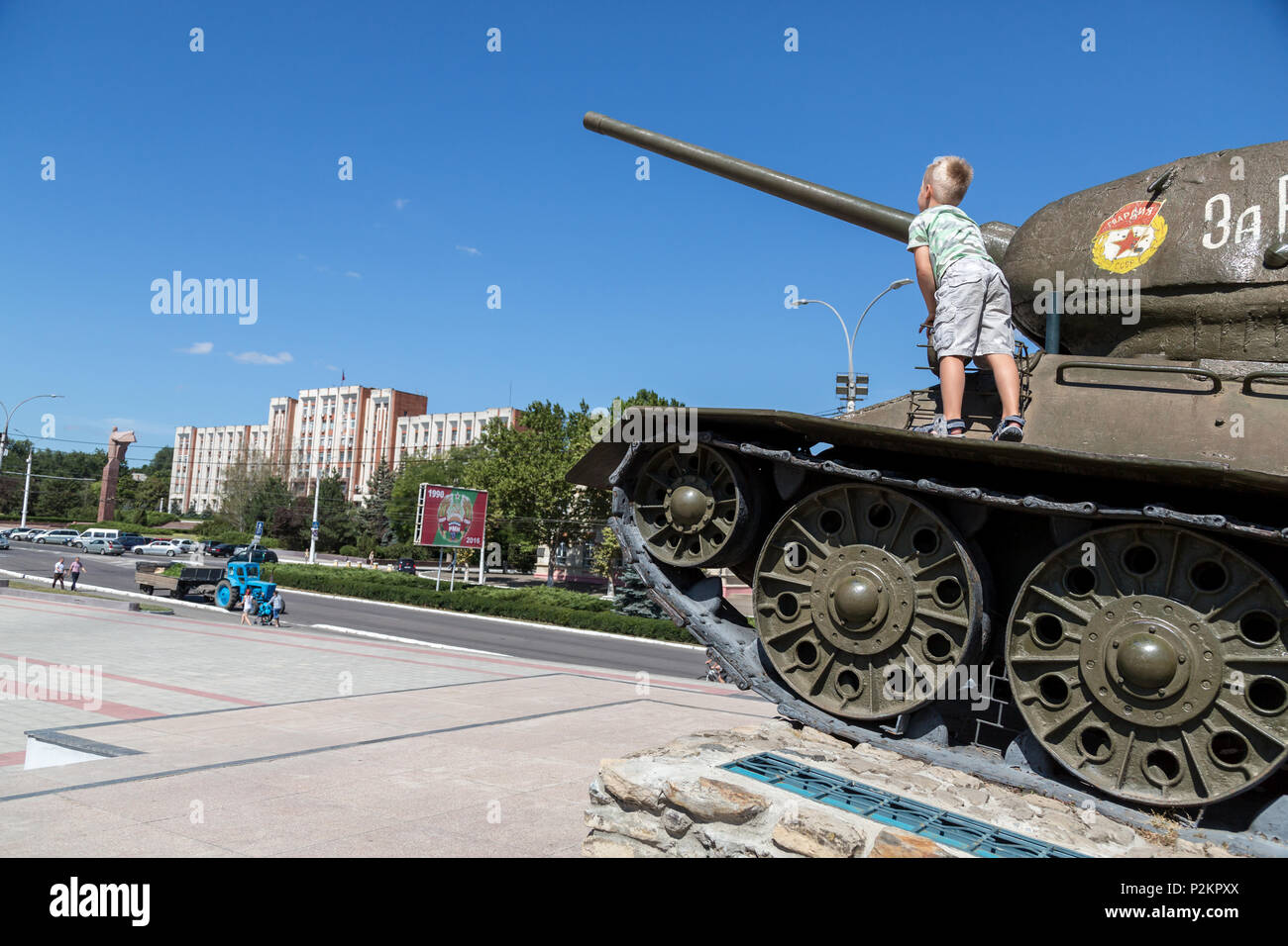 25.08.2016, Tiraspol, Transnistria, Moldova - The famous tank monument in the city center (street of the 25th October), a Russian T 34 from the Second - Stock Image