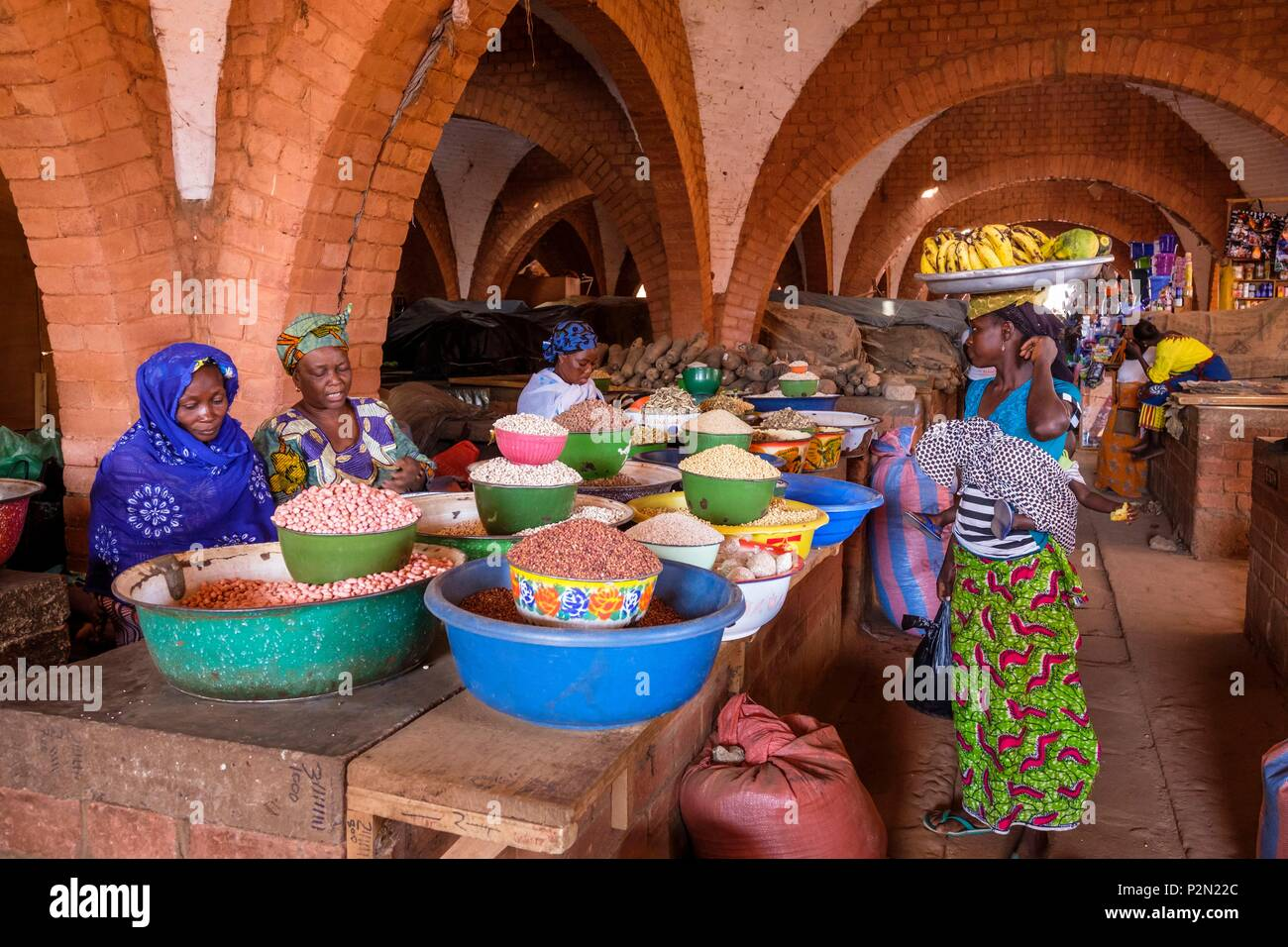 Burkina Faso, Boulkiemdé province, Koudougou, the central market, designed by the Swiss Agency for Development and Cooperation (SDC), allowing development of innovative construction techniques and practical training of the local masons - Stock Image