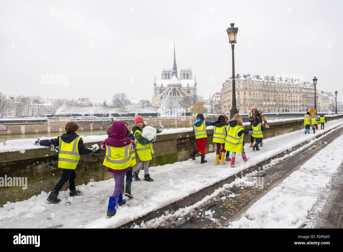 France, Paris, area listed as World Heritage by UNESCO, schoolchildren in front of Notre Dame cathedral, snowfalls on 07/02/2018 - Stock Image