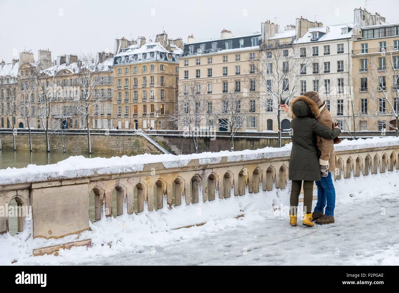France, Paris, in love on the Louis Philippe bridge, snowfalls on 07/02/2018 - Stock Image