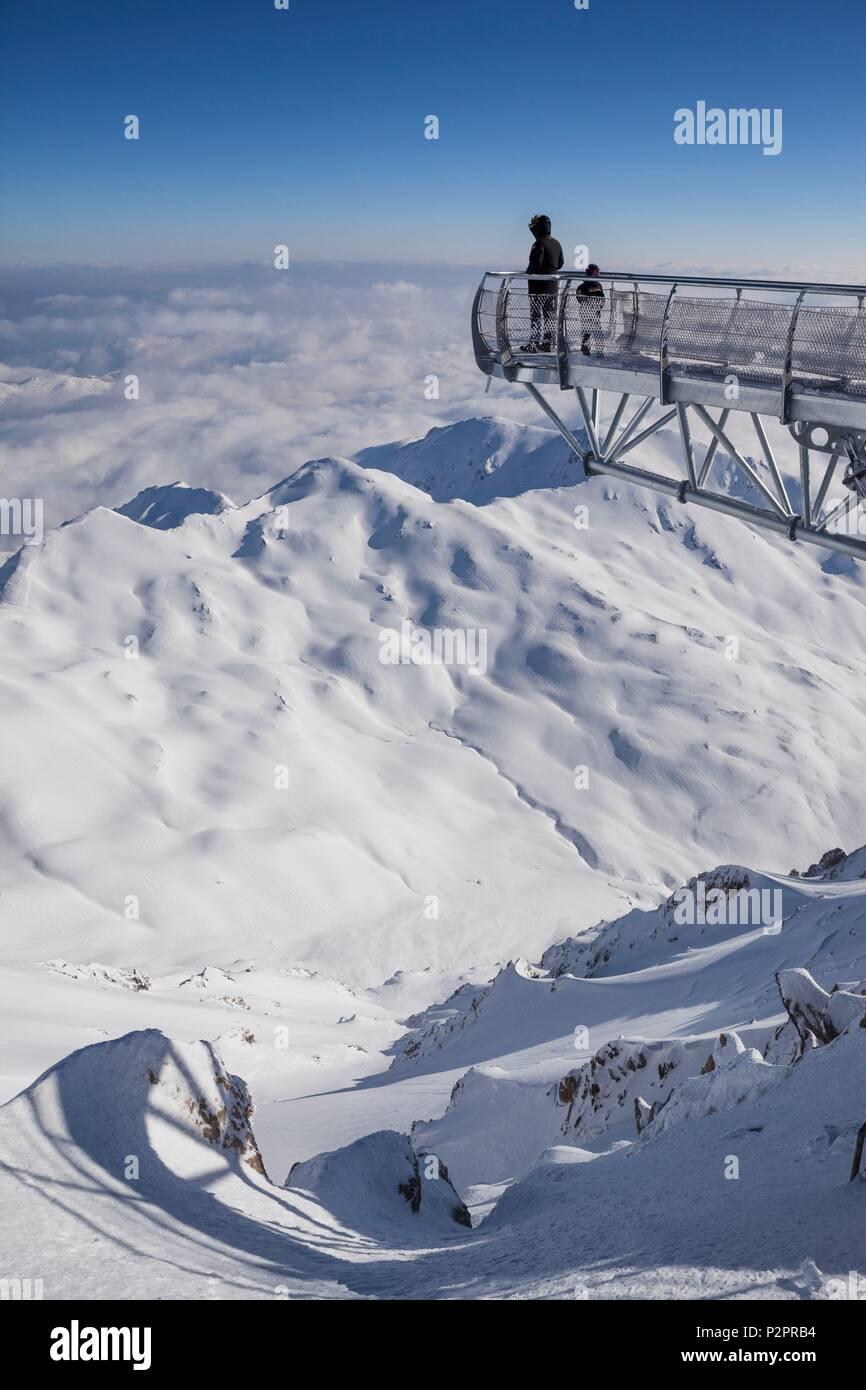 France, Hautes Pyrenees, Bagneres de Bigorre, La Mongie,the observatory of the Pic du Midi de Bigorre (2877m), the pontoon, 12 m long metal walkway suspended above the void - Stock Image