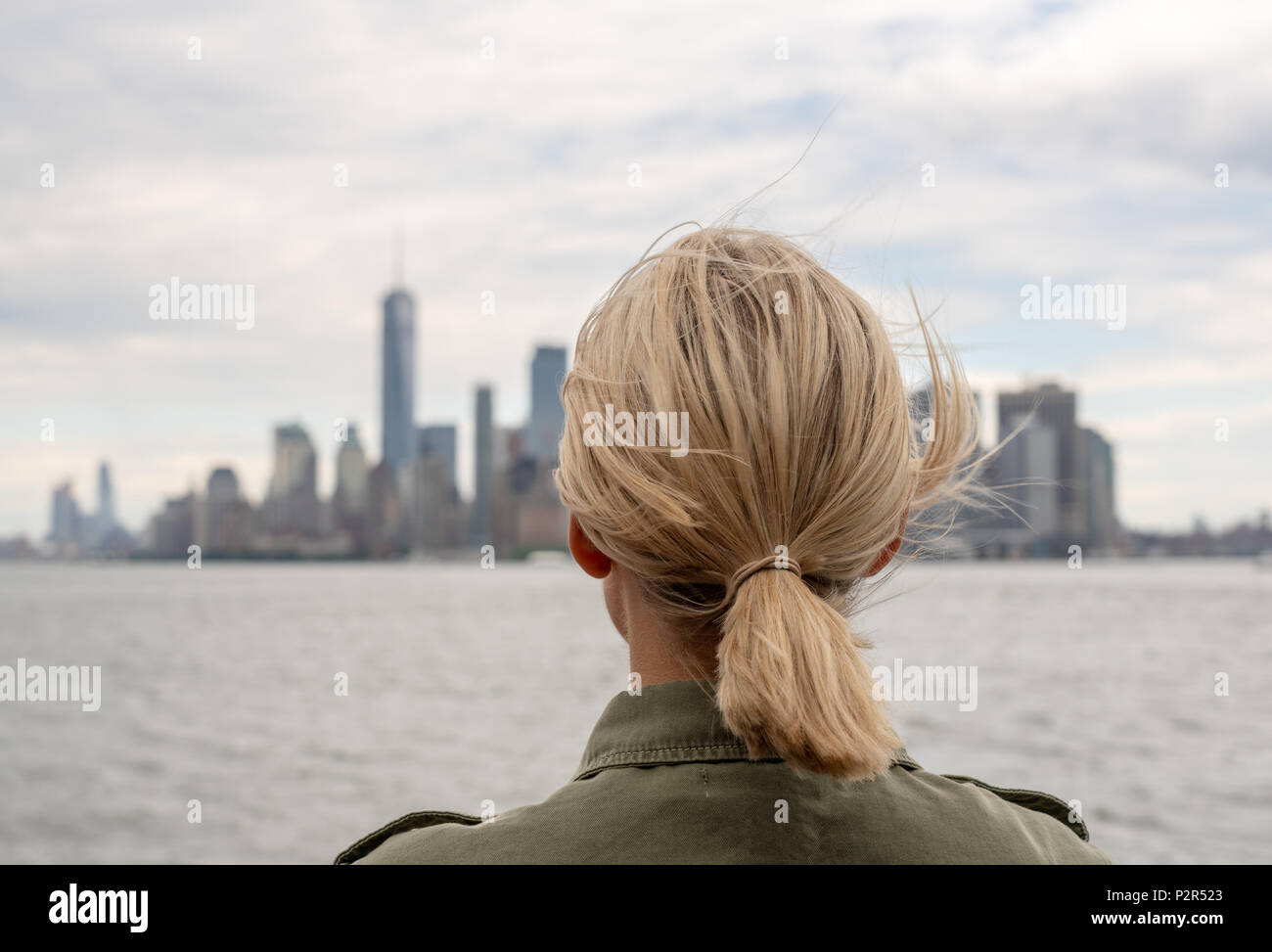 Woman traveller going to Manhattan - Stock Image