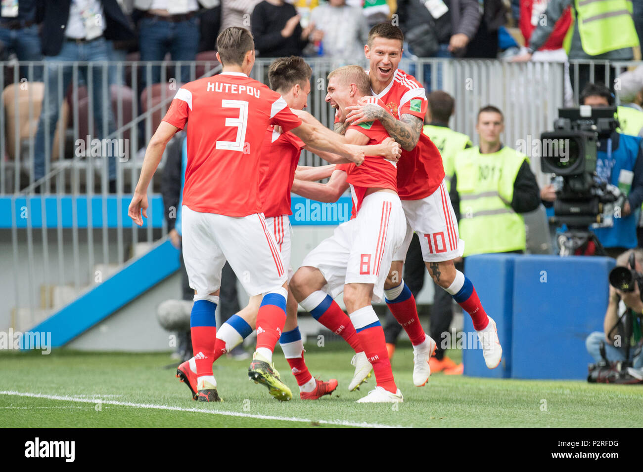Moscow, Russland. 14th June, 2018. Goalkeeper Iury GAZINSKY (2nd from the right, RUS) celebrates Ilya KUTEPOV (RUS), Aleksandr GOLOVIN (RUS) and Fedor SMOLOV (RUS) over the first goal of the tournament to make it 1-0 for Russia, jubilation, cheering, Cheering, Freganze Figurine, Half Figure, Half Figure, Russia (RUS) - Saudi Arabia (KSA) 5: 0, Preliminary Round, Group A, Game 1, on 14.06.2018 in Moscow; Football World Cup 2018 in Russia from 14.06. - 15.07.2018. | usage worldwide Credit: dpa/Alamy Live News - Stock Image