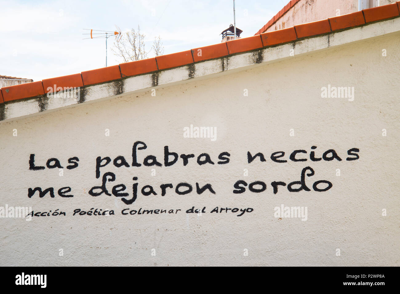 Text written on a whitewashed facade. Colmenar del Arroyo, Madrid province, Spain. - Stock Image