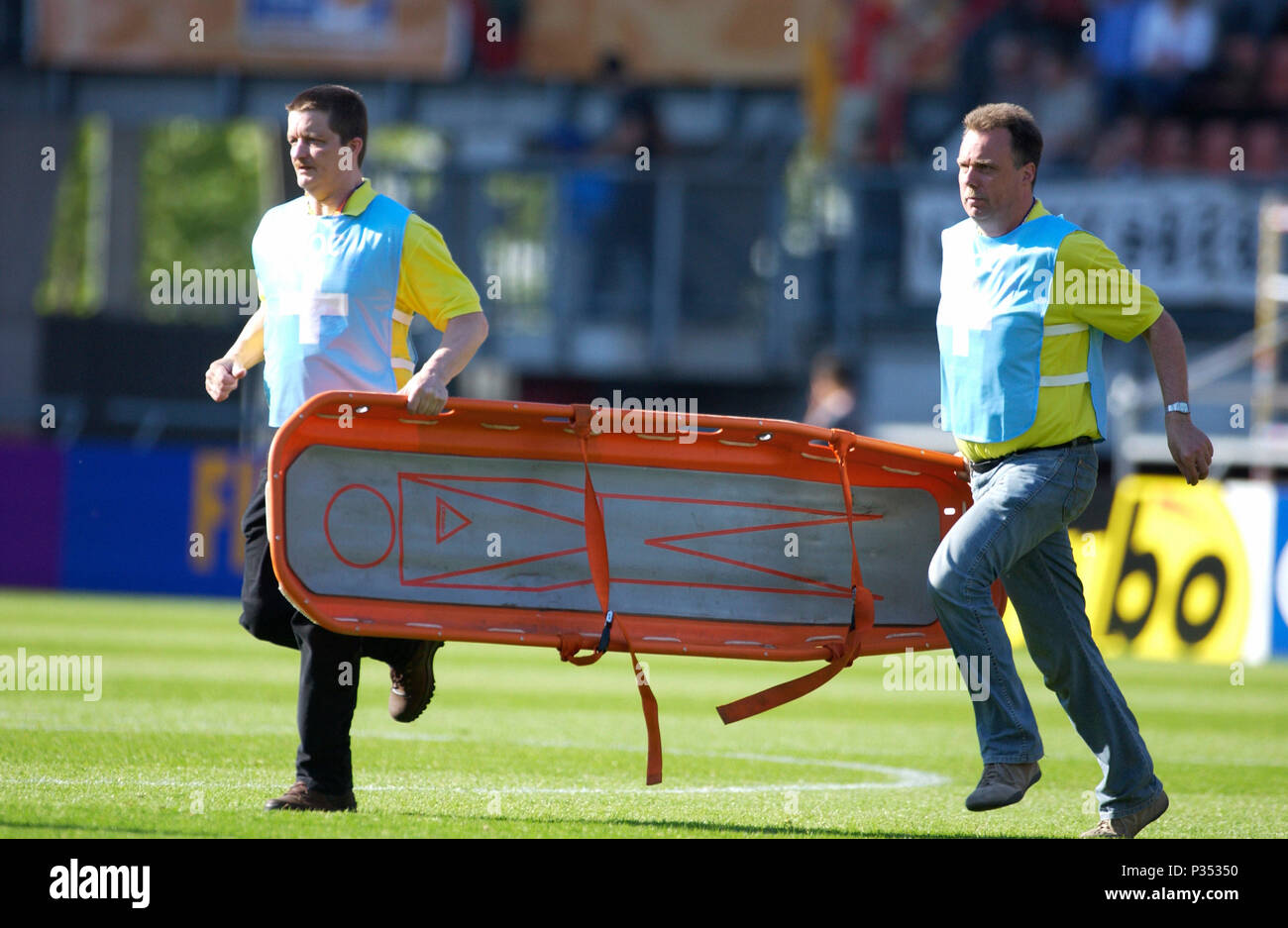Arke Stadion Enschede, The Netherlands 14.6.2005, FIFA World Youth Championship, Egypt - Argentina 0:2 ---  paramedics with stretcher - Stock Image